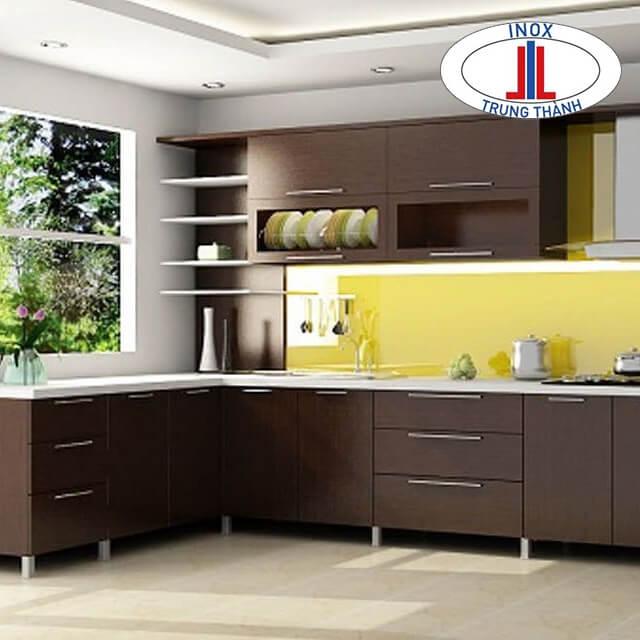 Thiết kế tủ bếp chéo với các kệ xoay