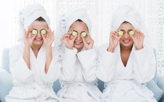 Friends with a facial mask in a spa Free Photo