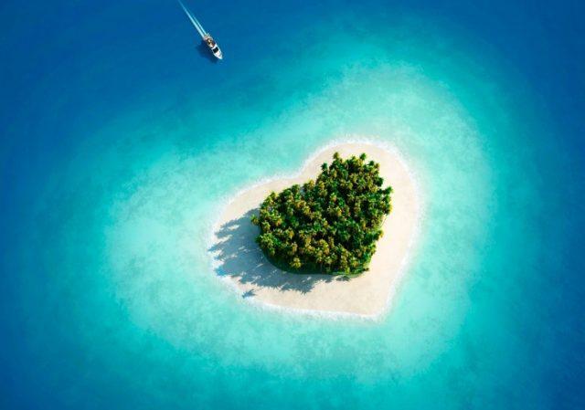 keindahan pulau berbentuk hati