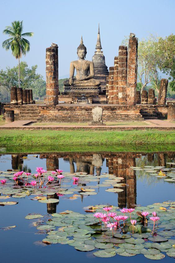 Sukhothai (l'alba della felicità) è una città piccola nel Nord della Thailandia, circa 427 chilometri da Bangkok. Si trova nei pressi della città antica di Sukhothai che è stata la capitale thailandese nel 13 ° secolo dC. Il periodo migliore dell'anno per vedere Sukhothai è da novembre a febbraio, quando il clima è più fresco.  http://viaggi.asiatica.com/: