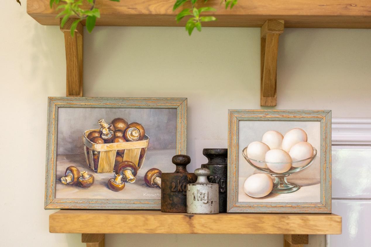 תמונה שמכילה מקורה, שולחן, קטן, עץ  התיאור נוצר באופן אוטומטי