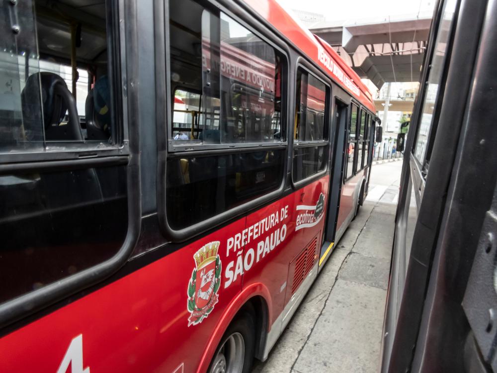 Modelo de transporte coletivo brasileiro precisa se reinventar diante da nova realidade. (Fonte: Shutterstock/Alf Ribeiro)