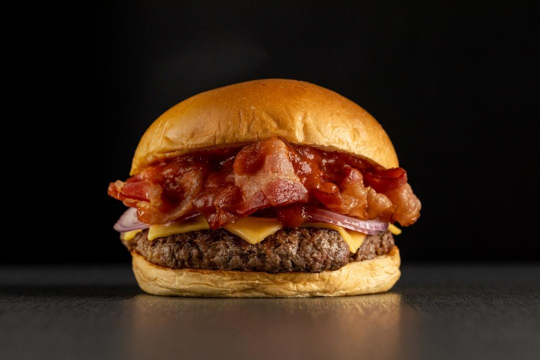 Uma imagem contendo comida, lanche, sanduíche, sentadoDescrição gerada automaticamente