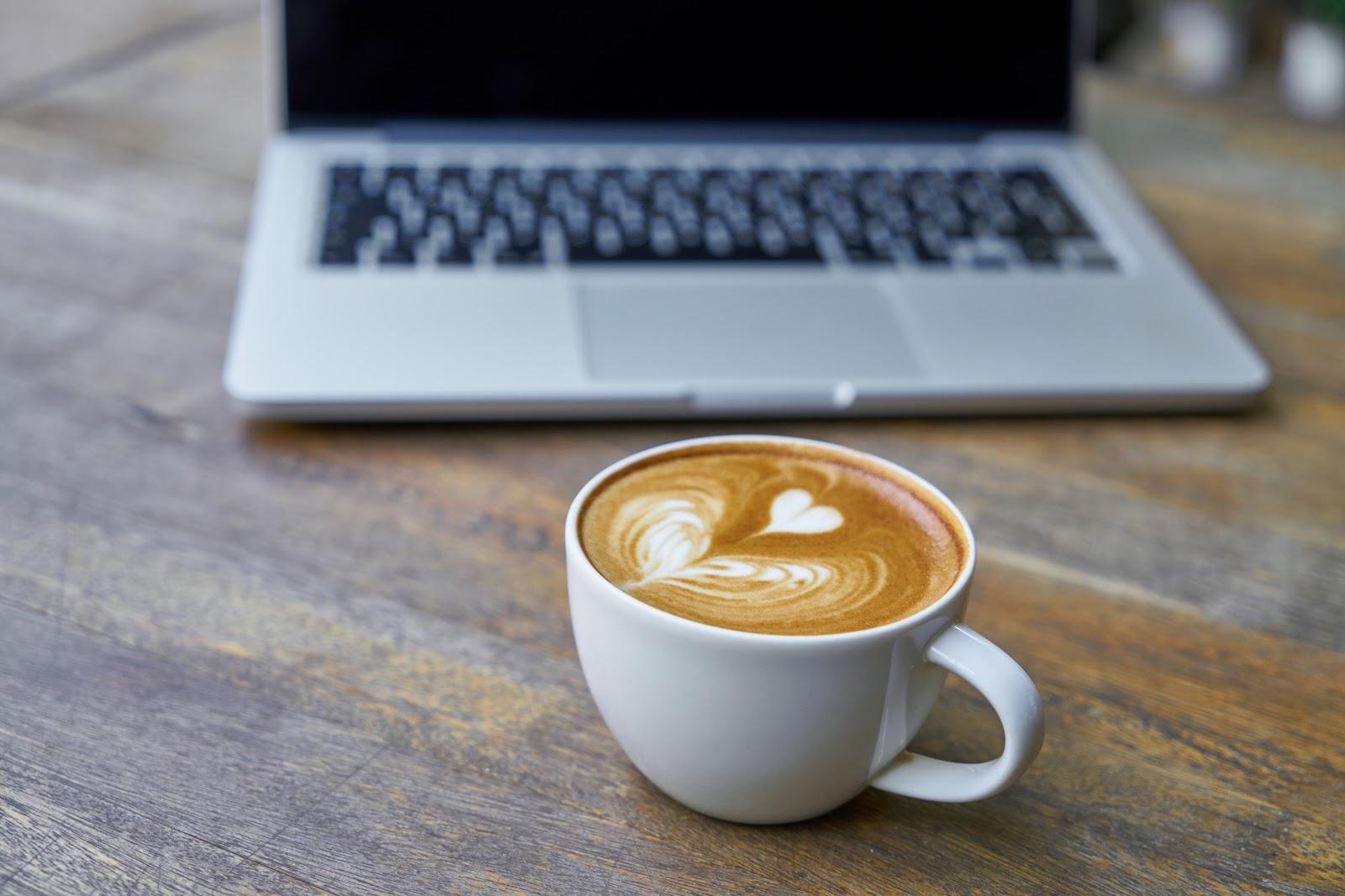 כוס קפה עם מחשב נייד