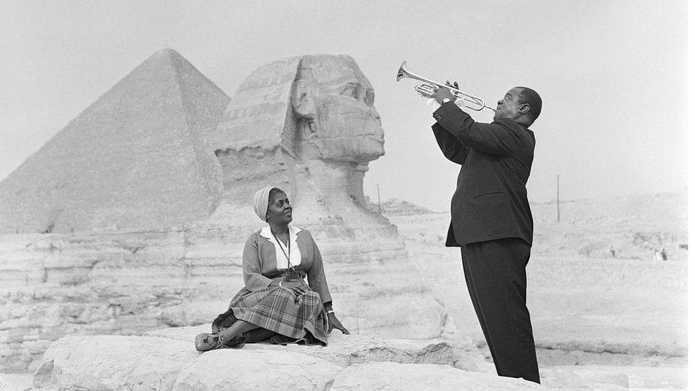 """Великий американский джазмен Луи Армстронг вместе с женой Люсиль у пирамид в Гизе во время исторического турне по Африке в рамках программы """"Послы джаза"""", 1960 г."""