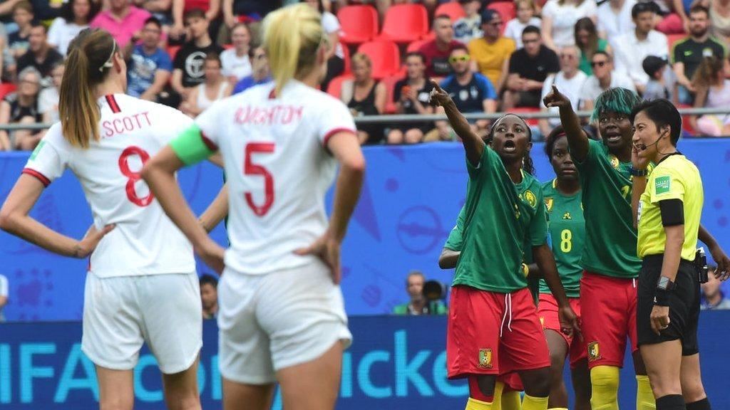 Việc Cameroon phản đối phán quyết của VAR đã khiến trận đấu bị hoãn trong vài phút và sau đó bị FIFA điều tra.