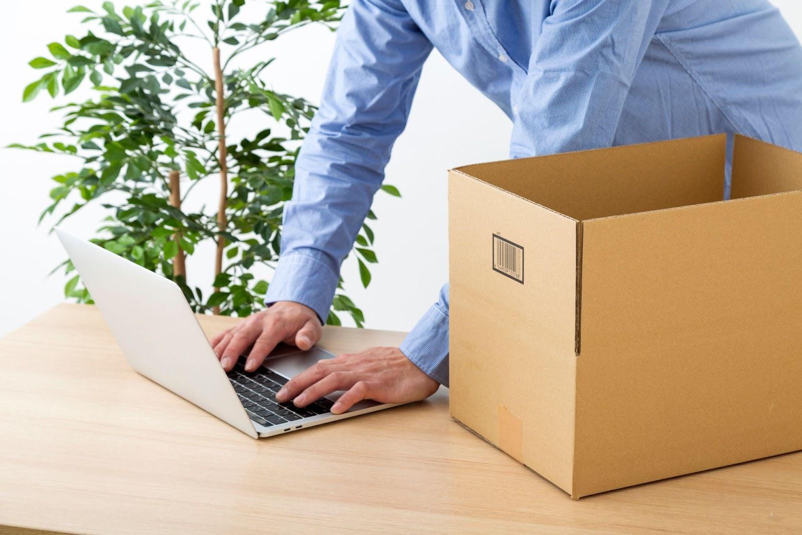 人, ノートパソコン, 男, ボックス が含まれている画像  自動的に生成された説明