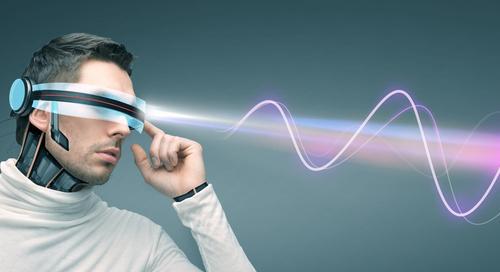 Mann mit einer futuristischen Brille, die elektromagnetische Störungen abstrahlt