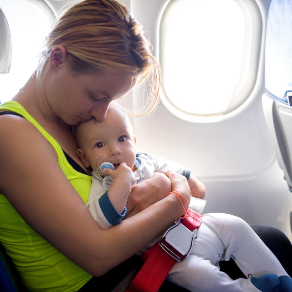 La imagen tiene un atributo ALT vacío; su nombre de archivo es consejos-para-vacaciones-con-bebes-avion-1-1024x1024.png