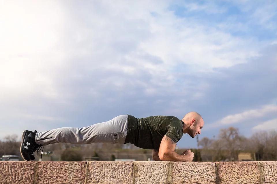 Homem fazendo exercício físico chamado prancha.