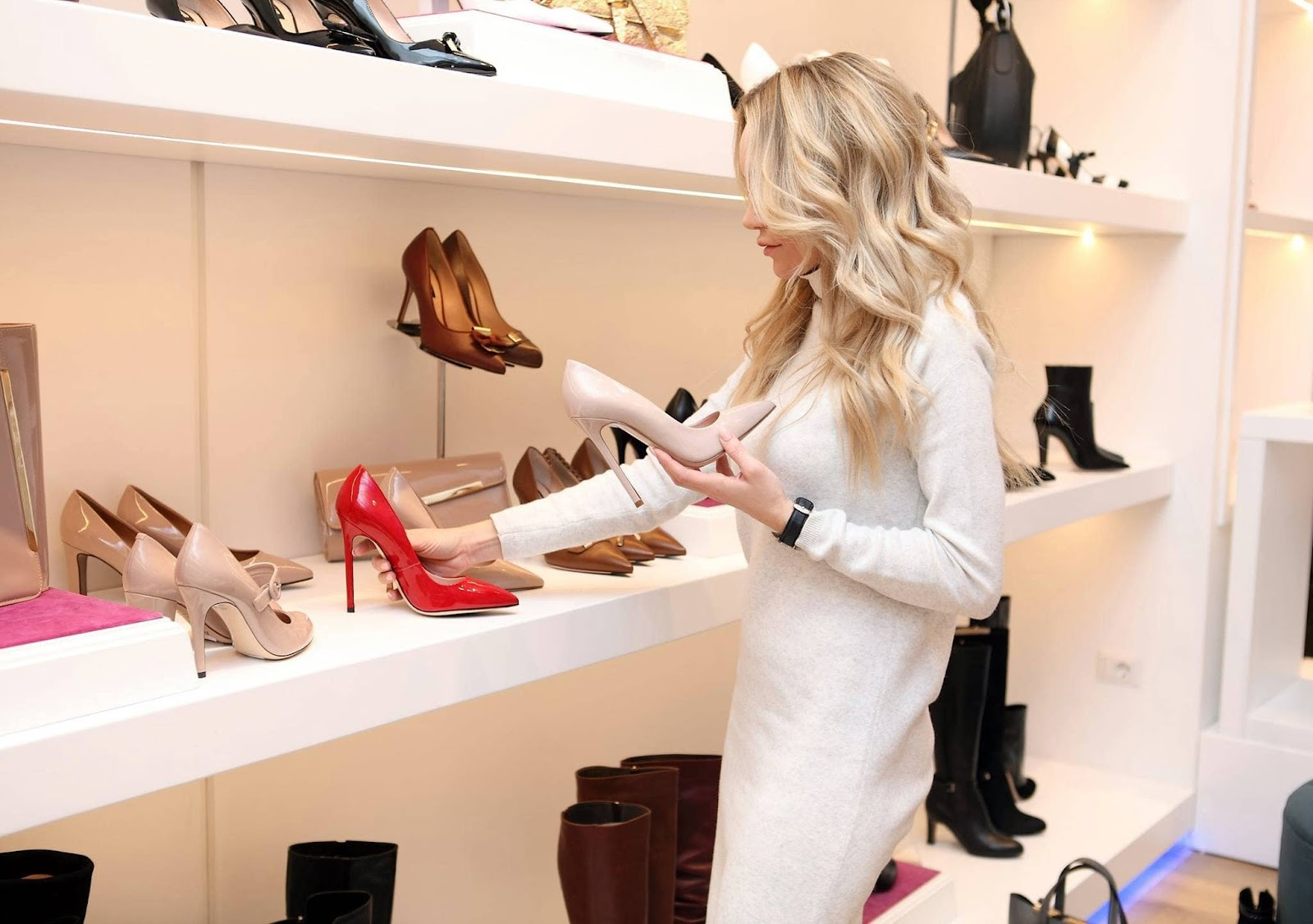 donna-negozio-di-scarpe