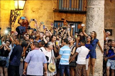 歐巴馬一家廿日至哈瓦那舊城區參觀,引來大批民眾圍觀,並爭相拍照。 (路透)