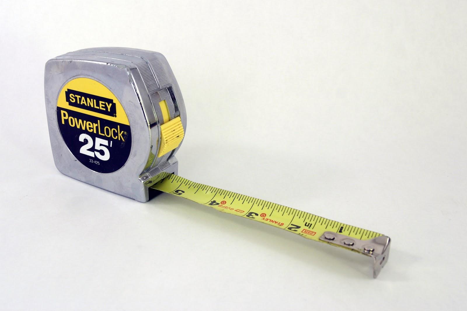 https://upload.wikimedia.org/wikipedia/commons/d/d9/Stanley_PowerLock_tape_measure.jpg
