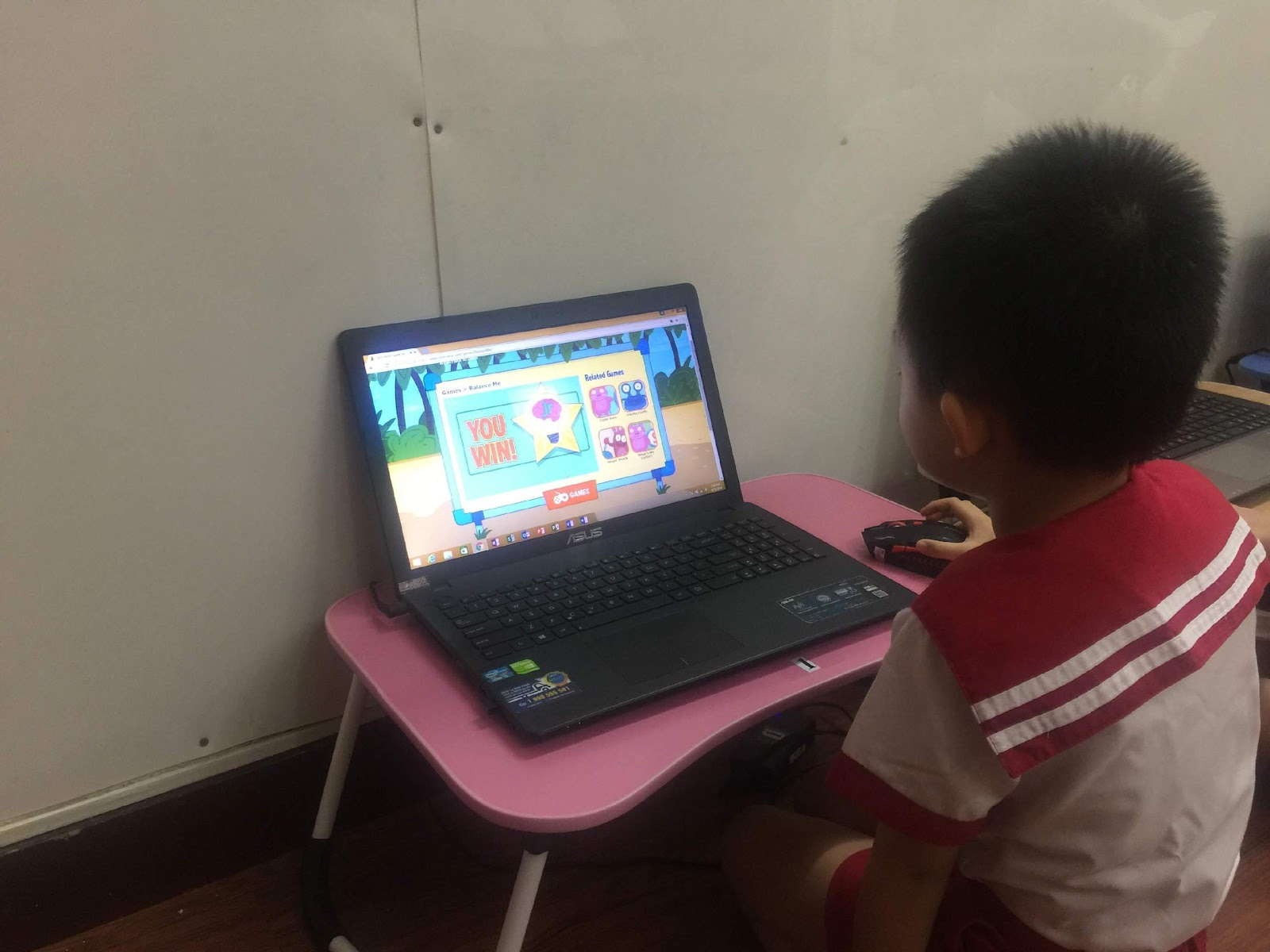 có nên cho bé làm quen với máy tính