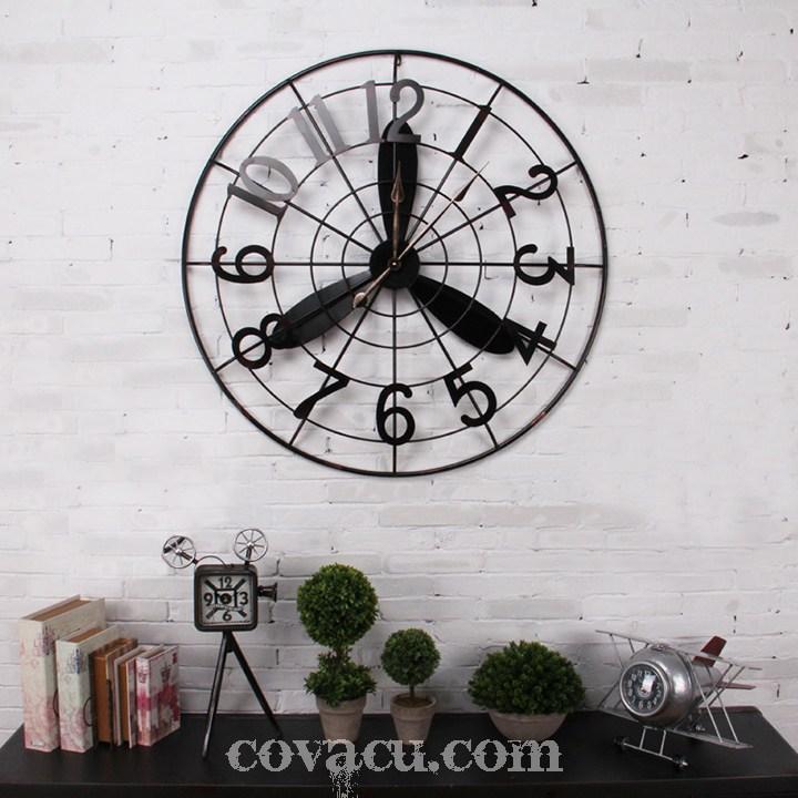 Chiếc đồng hồ cũng làm toát lên không gian thêm phần khác lạ và cá tính