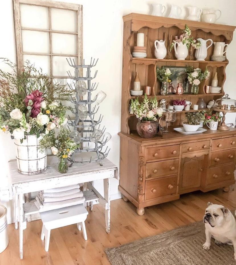 Furnitur dan ornamen dekorasi dengan un-finished dan worn out - source: instagram.com/becky.cunningham/home