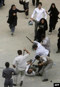 سرکوب معترضان به نتایج انتخابات ریاستجمهوری ۸۸ توسط نیروهای لباس شخصی