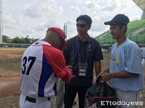 ▲遠東科大總教練湯登凱送球一袋給古巴 。(圖/記者楊舒帆攝)
