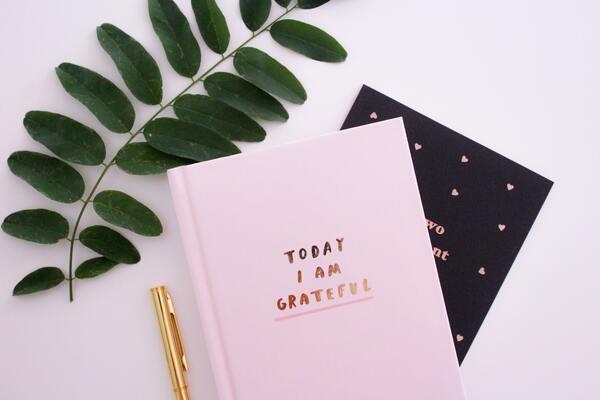 """Foto de um caderno com a escrita """"Today I am grateful"""""""