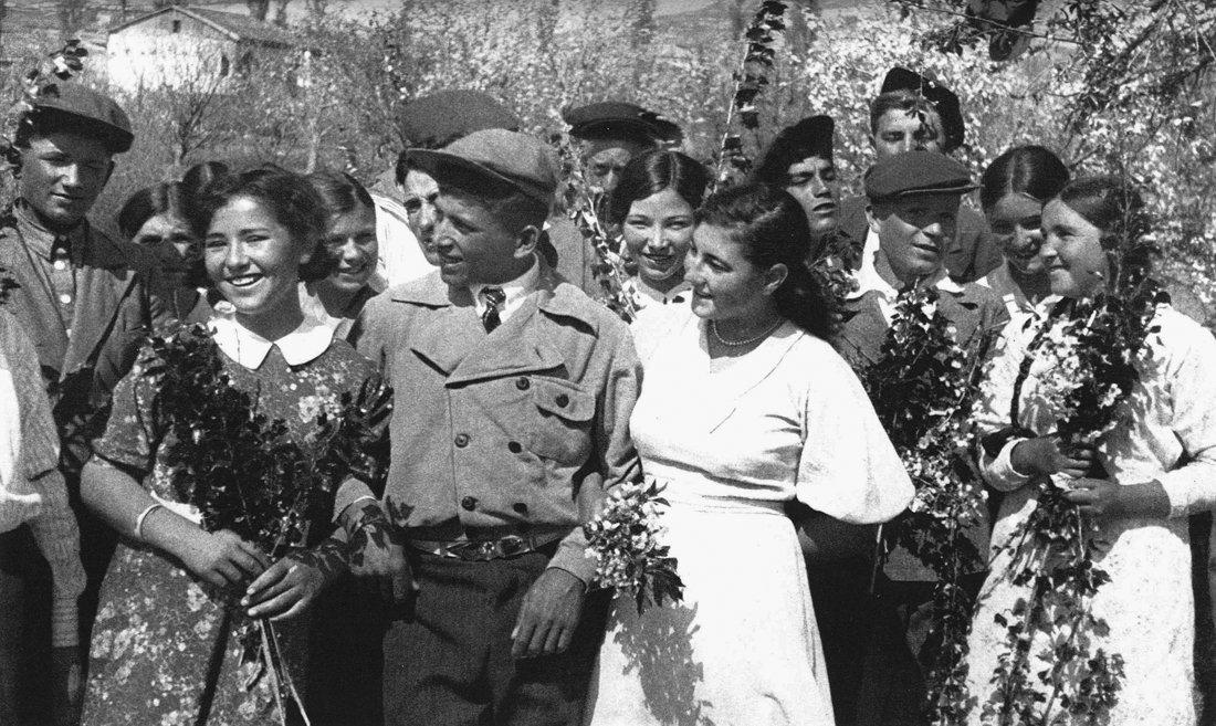Krymskotatarskaya-molodezh-pered-vojnoj.jpg