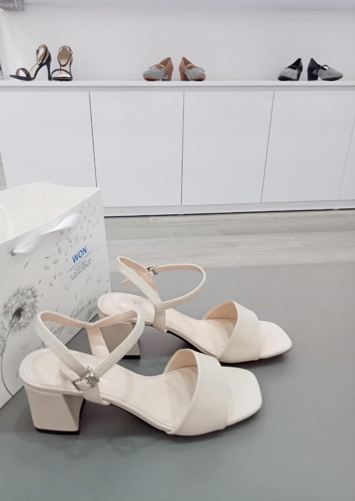 Có thể là hình ảnh về xăng đan, giày cao gót và trong nhà