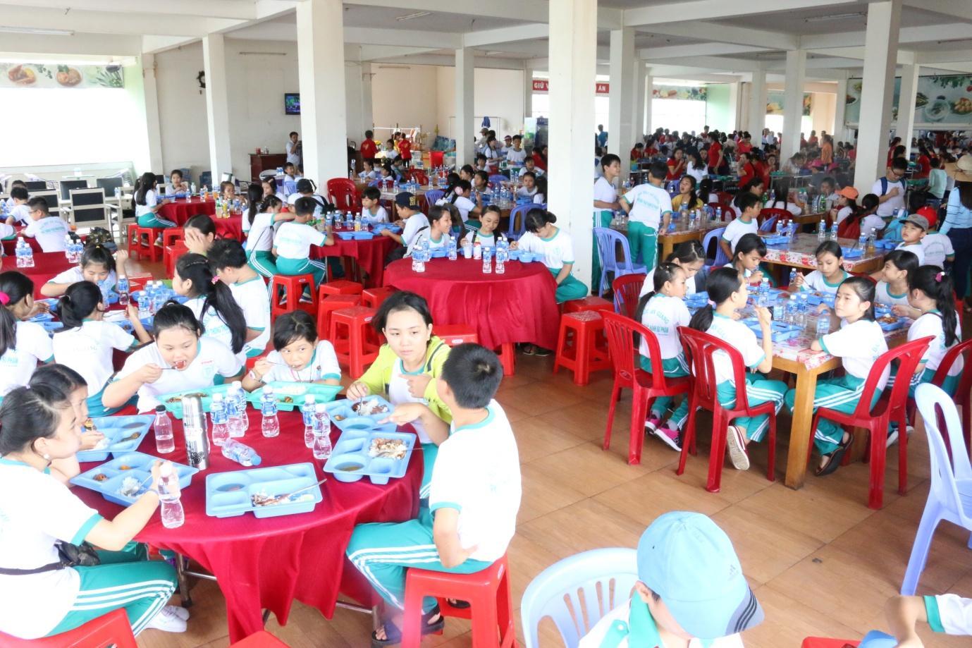 Description: 3. Sau buổi tham quan các bạn học sinh có bữa cơm tập thể cùng CBCNV Tập đoàn Sao Mai.JPG