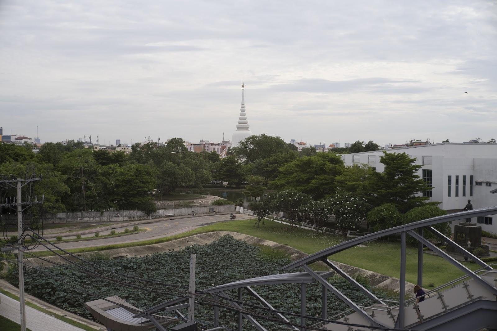 บรรยากาศวัดพระศรีมหาธาตุเมื่อมองจากสถานีรถไฟฟ้า