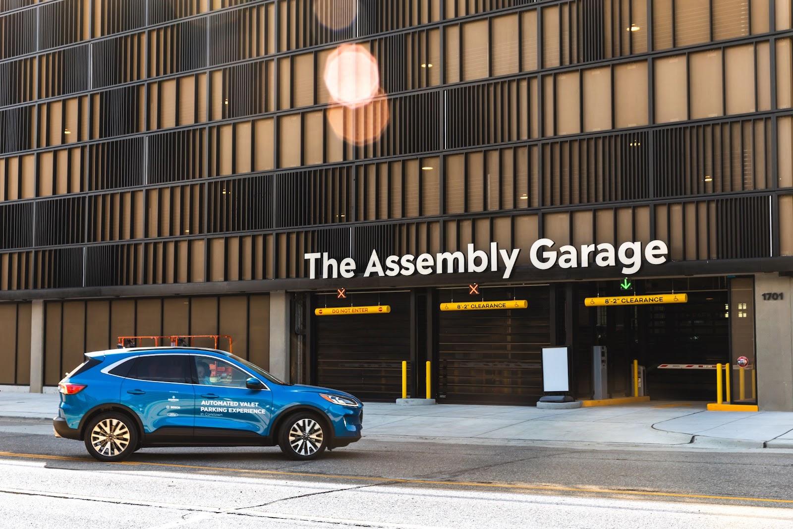Garagem no prédio da Bedrock foi adaptada para apresentar a nova tecnologia de estacionamento autônomo. (Fonte: Dan Barbosa/Ford Motor Co)