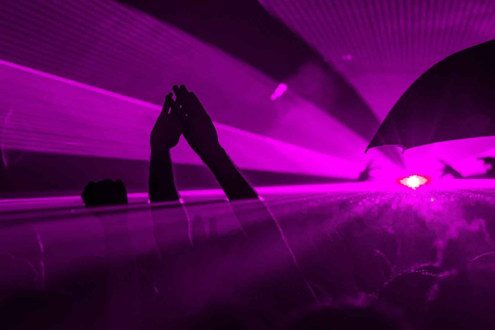 Festa con luci viola quasi tangibili che coprono tutto