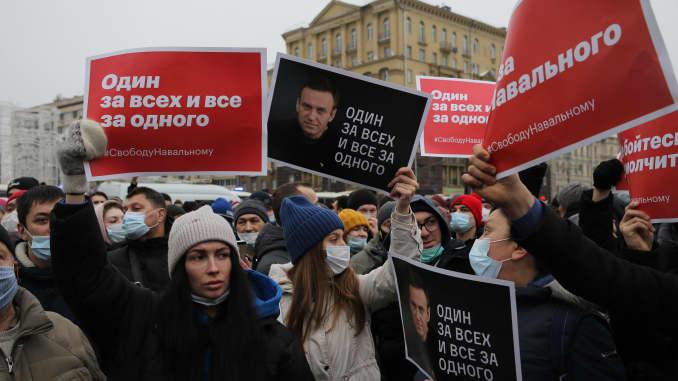 Участники несанкционированной акции протеста против заключения в тюрьму лидера оппозиции Алексея Навального выкрикивают 23 января 2021 года в Москве, Россия. E