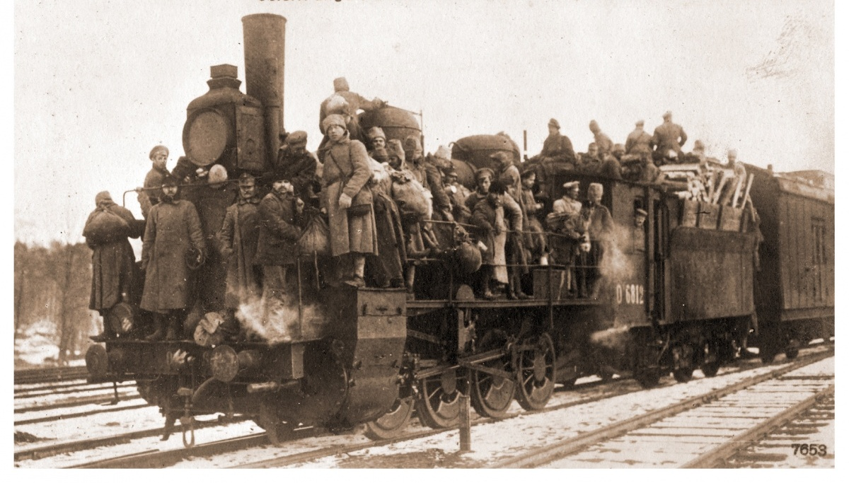 Приблизно ось так виглядали поїзди, котрі відвозили німецьких солдатів додому . Поштова листівка  1918 року