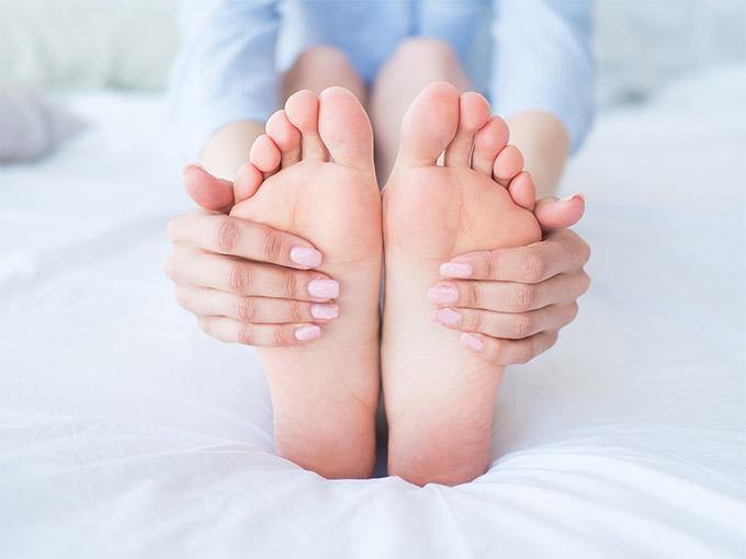 Missempfindungen an den Füßen können auf eine diabetische Polyneuropathie hinweisen.