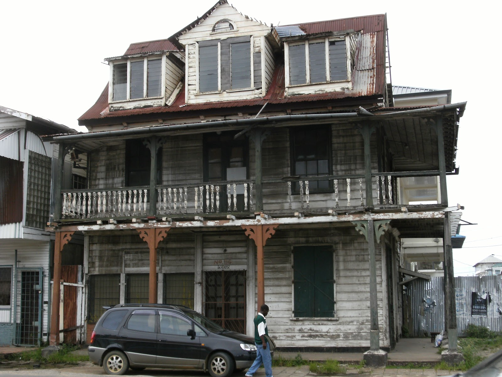 Dilapidated_house_in_Paramaribo.JPG