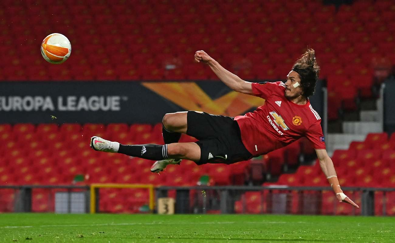 Alt: Edinson Cavani attempts an air volley in the Manchester United game against Roma - Photo by PAUL ELLIS/AFP via Getty Images