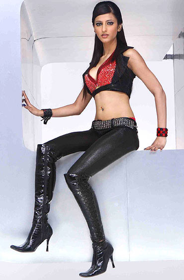 Shruti Hassan supersexy in bikin / lingerie and nightwear