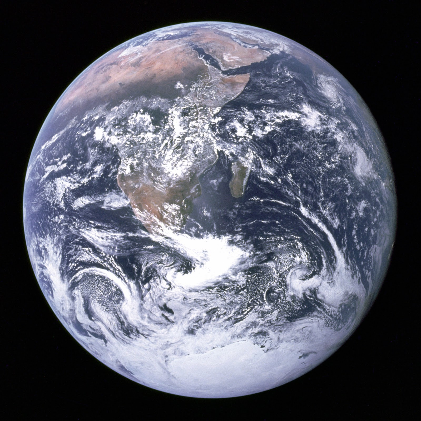 https://upload.wikimedia.org/wikipedia/commons/9/97/The_Earth_seen_from_Apollo_17.jpg
