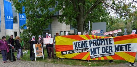 Demonstranten mit Plakat: »Keine Profite mit der Miete…«.