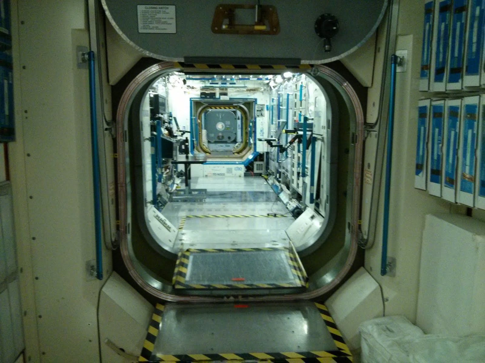 door drawing space station - photo #10