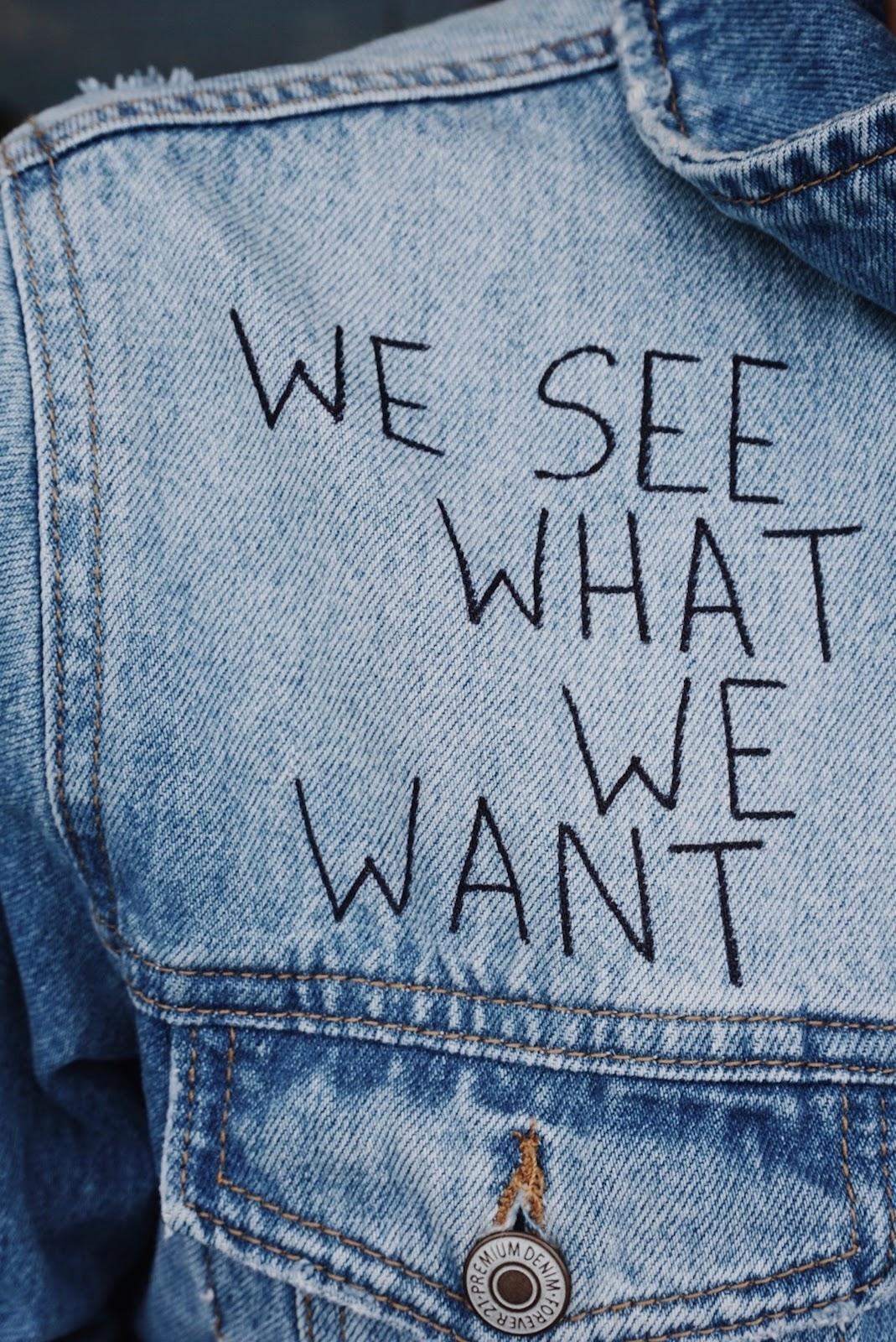 ג'קט ג'ינס עם כיתוב - אנחנו רואים מה שאנחנו רוצים