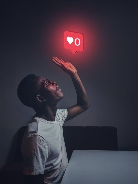 Fotos de stock gratuitas de adentro, asombro, chico de raza negra