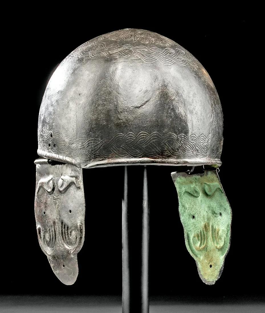 Celto-Romano Montefortino bronze helmet with a braided design.