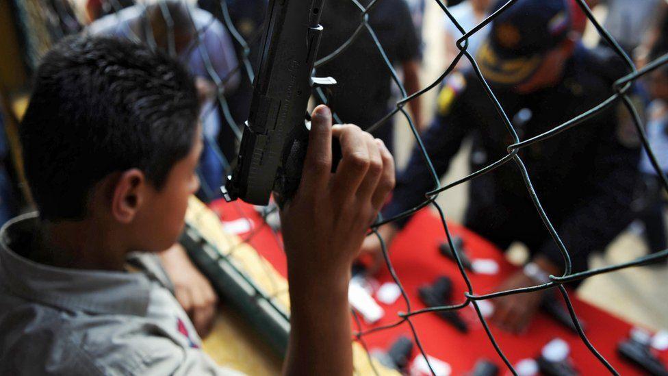 Niño con un arma de juguete