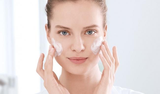Sử dụng sữa rửa mặt để vệ sinh da mặt sạch sâu
