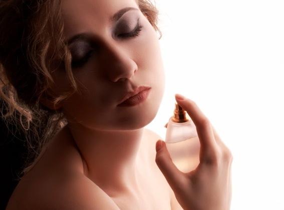 Cách xịt nước hoa đúng cách cho cả nam và nữ