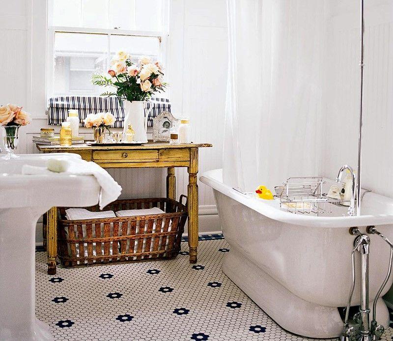 Phòng tắm phong cách vintage với màu trắng chủ đạo nhưng nổi bật với bàn gỗ nâu đẹp mắt