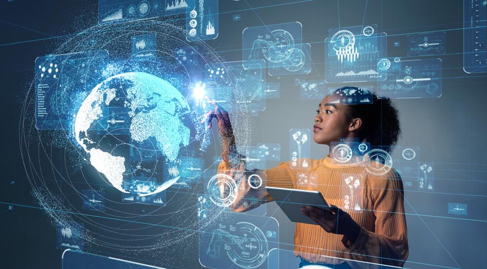 Mulher trabalhando num painel tecnológico touch