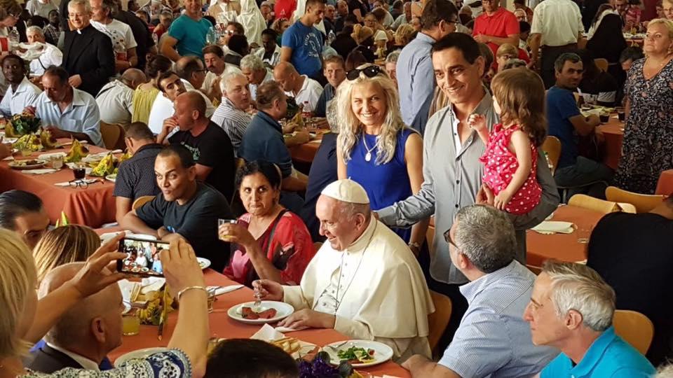Đức Thánh Cha Phanxico mời người nghèo đến dùng bữa tối tại Vatican
