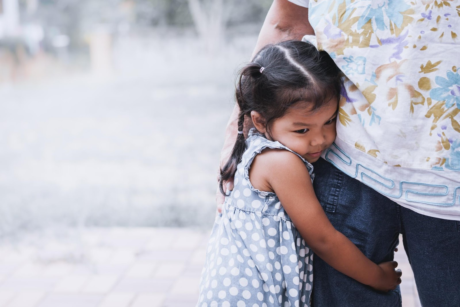 A child clinging to a parent is a sign of social anxiety