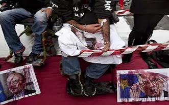 Staminali, malati versano sangue sulla foto di Napolitano