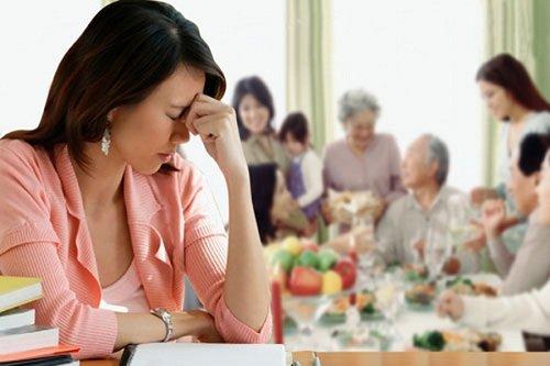 Không nên tự ái, giận dỗi khi mẹ chồng soi mói
